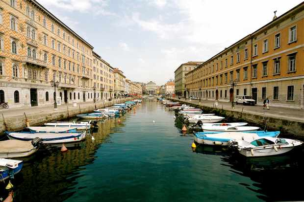 Piazza del ponderoso with boats on the river