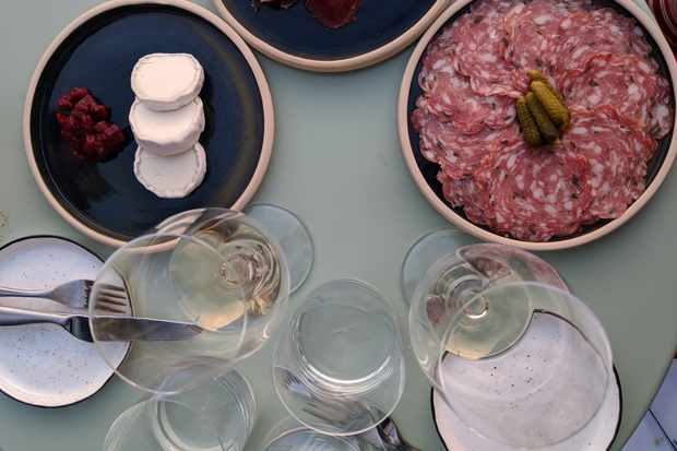 Played of ham and glasses of wine on a table