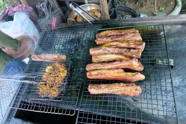 Barbecuing pork ribs