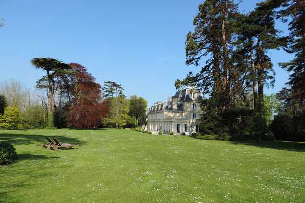 The impressive grounds of Château la Chenevière