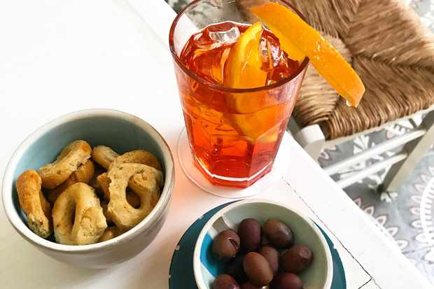 A negroni, a bowl of olives and a bowl of breadsticks at Don Totu