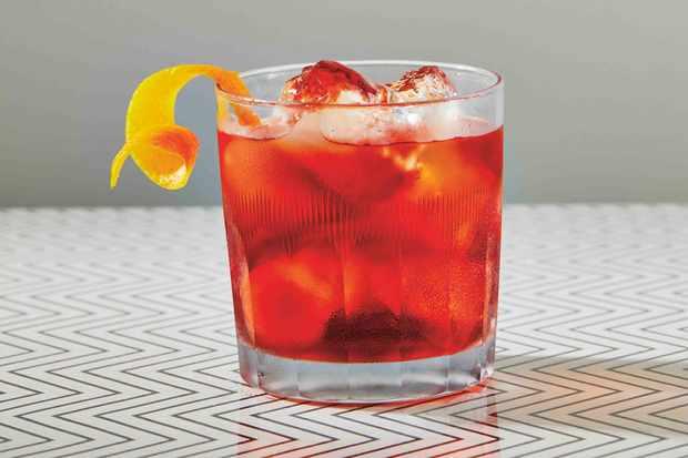 """Recette de boisson Negroni """"title ="""" Recette de boisson Negroni """"/> <body></p> <p><strong><em> Vous cherchez des cocktails faciles à préparer à la maison? Vous voulez créer vos propres cocktails sans les ingrédients complexes et les tracas? Nous avons ce qu'il vous faut des idées qui mettent les bars dans le confort de votre maison, des negronis italiens aux caipirinhas brésiliennes et un Manhattan à faire comme un New Yorker branché. </em></strong></p> <p></body>                </p> <div class="""