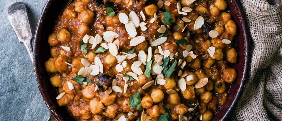 Chickpeas with dates, turmeric, cinnamon and almonds