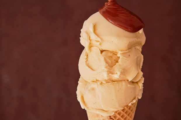 Vanilla Ice Cream Recipe with Chocolate Sauce