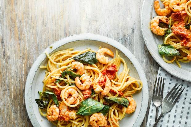 Spaghettis aux crevettes à la tomate, au piment et au basilic