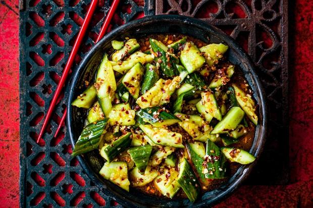 """Concombres smackés """"title ="""" Concombres smackés """"/> <body></p> <p><strong><em> Ajoutez ce plat de concombre smacké à un festin du Sichuan avec <a href="""