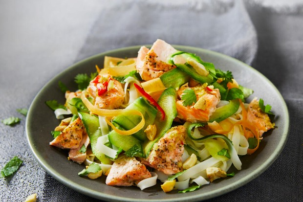 Saumon à la vietnamienne avec salade de nouilles de riz aux noix de cajou rôties
