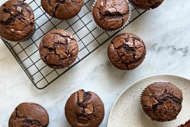 """Recette de muffins au chocolat faciles """"title ="""" Recette de muffins au chocolat faciles """"/> <body></p> <p><em> Essayez notre recette de muffins au chocolat, puis consultez nos <a href="""