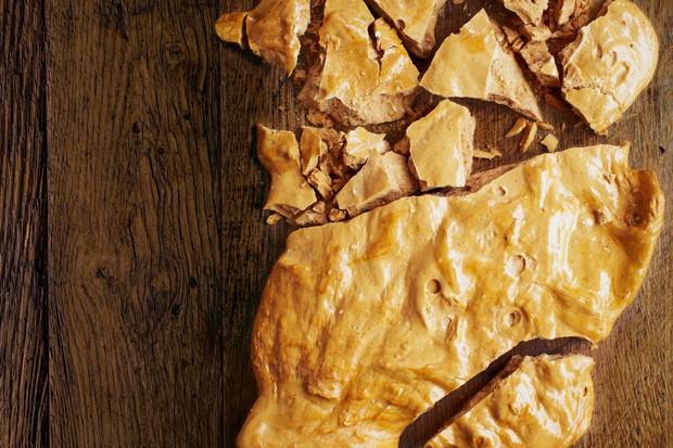 """Honeycomb """"title ="""" Honeycomb """"/> <body></p> <p><em> Honeycomb, également connu sous le nom de caramel au caramel, est une confection classique. Doux avec un croquant profond et une légère salinité, il a été un favori britannique pendant des décennies. Cependant, il a obtenu une réputation d'être difficile à faire, avec beaucoup de soin nécessaire pour créer un caramel et ensuite besoin de vitesse une fois que vous avez jeté le bicarbe dans la poêle. Mais suivez ces étapes simples et vous vous retrouverez avec un nid d'abeille parfait à chaque fois . </em></p> <hr> <h3> Comment faire du nid d'abeilles </h3> <h4> Quelle taille doit avoir votre nid d'abeilles? </h4> <p> Une boîte de 20 cm de profondeur est idéale car les côtés hauts empêchent le mélange de se propager vers l'extérieur, l'aidant à rester gonflé. </p> <h4> Comment préparez-vous </h4> <p> Ayez la boîte étamée, tous les ingrédients pesés et un thermomètre à sucre à portée de main. Une fois que le sucre commencera à cuire, vous devrez le surveiller et une fois qu'il atteindra la température souhaitée, vous aurez besoin de tout pour main pour travailler rapidement pour obtenir </p> <h4> Comment créez-vous le caramel? </h4> <p> L'eau et le sirop doré rendent le caramel beaucoup plus stable – le sucre peut s'y dissoudre puis se caraméliser uniformément à mesure que l'eau s'évapore, ce qui signifie que le mélange peut être remué sans qu'il ne cristallise. </p> <h4> Quelle doit être la température du nid d'abeille? </h4> <p> La raison pour laquelle le sucre est porté à 140 ° C est qu'à ce stade, le mélange atteint un équilibre parfait entre la caramélisation et l'amertume. </p> <h4> Pourquoi utilisez-vous du bicarbonate de </h4> <p> L'ajout de bicarbonate de soude provoque une réaction chimique dans la casserole, créant une explosion de dioxyde de carbone gazeux, qui forme des bulles dans le mélange. Au fur et à mesure que le sucre atteint le stade de «fissure», sa structure solide emprisonnera ces bulles au fu"""