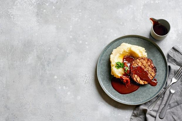 """Steak de céleri-rave avec purée et sauce gochujang """"title ="""" Steak de céleri-rave avec purée et sauce gochujang """"/> <body></p> <p><em> Essayez cette recette de steak de céleri rôti puis découvrez notre <a href="""