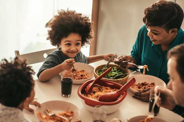Famille mignonne déjeunant ensemble