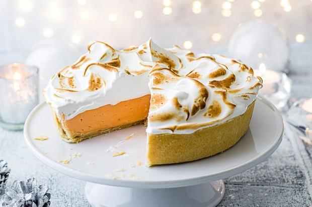 Tarte meringuée Negroni sur un support à gâteau blanc