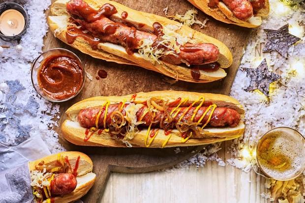Deux saucisses en petits pains garnies d'oignons caramélisés, ketchup et moutarde