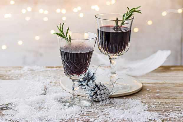 Deux verres de porto chaud avec brin de romarin à l'intérieur