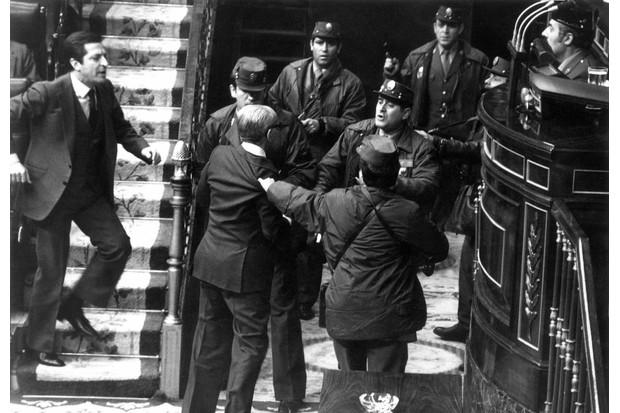 Gutiérrez Mellado scuffling with the insurgents © Agencia EFE / Getty Images