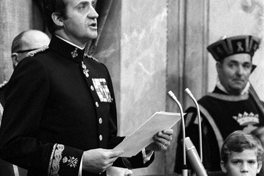 Juan Carlos proclaiming the new constitution in December 1978 as his son looks on © Agency EFE / Getty Images