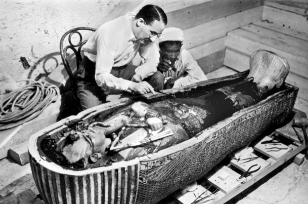 Howard Carter (1873-1939) egyptologue anglais pres du sarcophage en or massif du pharaon Toutankhamon (momie) en Egypte (Vallee des Rois) en 1922 (photo Harry Burton)  ---  Howard Carter (1873-1939) english egyptologist near golden sarcophagus of Tutankhamon (mummy) in Egypt in 1922 (photo Harry Burton)