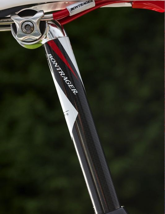 Even the Bontrager carbon post continues the bikes white and red theme.