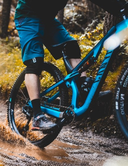 Canyon has today launched a carbon version of its 130mm trail bike, the Neuron