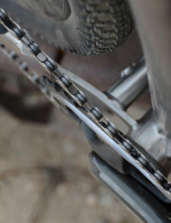 A plate at the bottom bracket / chainstay area lends plenty of clearance for the 40mm tire