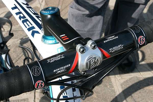 Brontrager supplies the Race X Lite stem and Race XXX Lite carbon bars