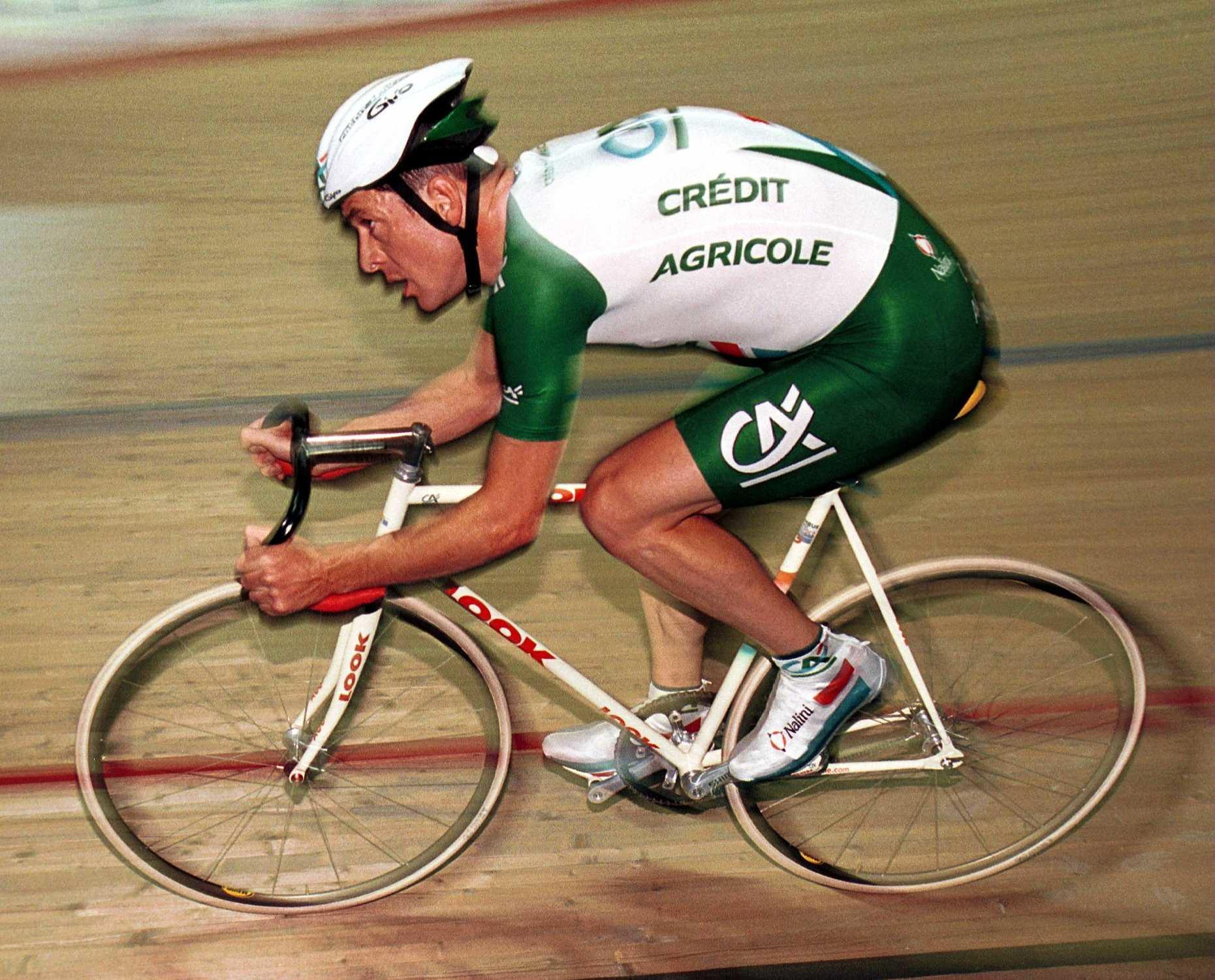 Brit Chris Boardman sets a new hour record on October 27, 2000 while racing for Roger Legeay's Credit Agricole team.