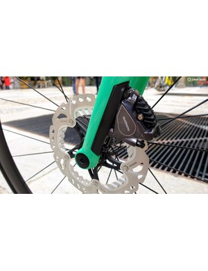 The carbon framed 01 and 02 models share this neat adaptor insert that enables easy swaps between 140mm and 160mm rotors