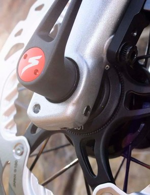 Hidden mudguard mounts in the fork leg, below the thru-axle