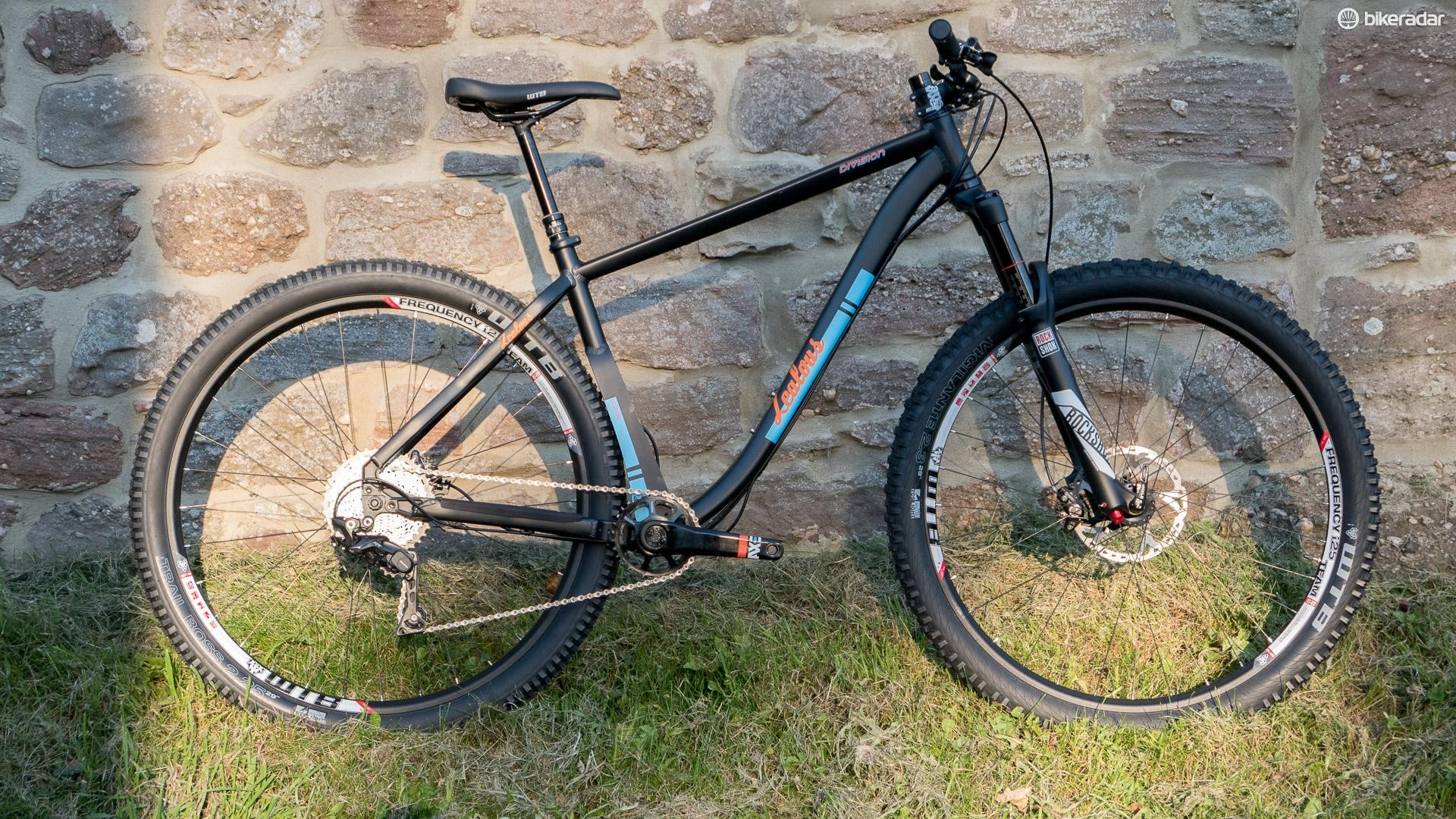 The Zealous Division Mk2 manages to package 29er/27Plus wheels into a very tight back end