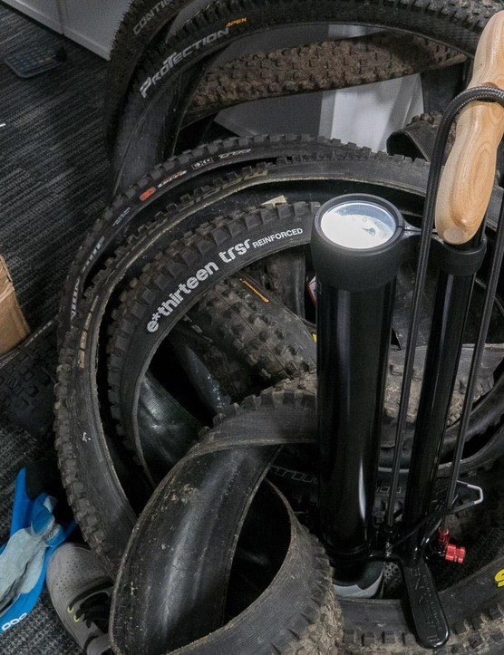 The Lezyne Pressure Over Drive pumps work in a similar fashion to other tubeless-friendly pumps, such as the Bontrager Flash Charger
