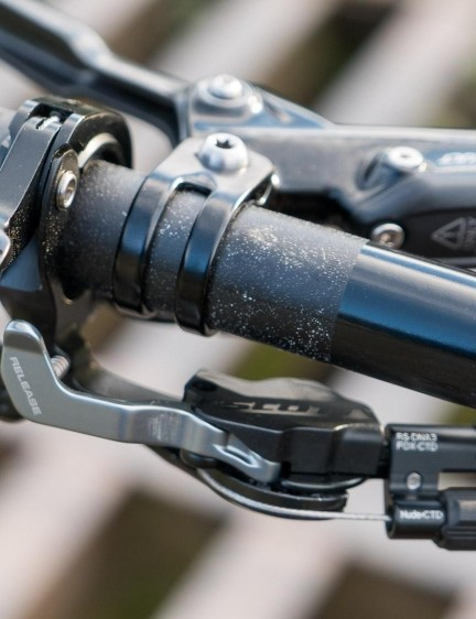 The world at your fingertips: the remote for the shock and dropper post integrates with the lock-on grip