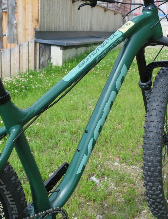A dropper is key on a trail bike like this, and Kona has made extra room in the alloy frame for Plus wheels with Boost spacing