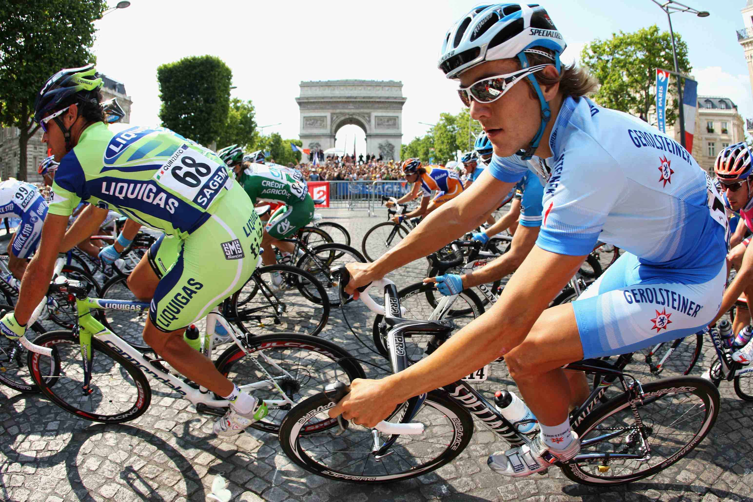 Heinrich Haussler (R) of Team Gerolsteiner passes the Arc de Triomphe during Stage 21 of the 2008 Tour de France on July 27 in Paris, France.