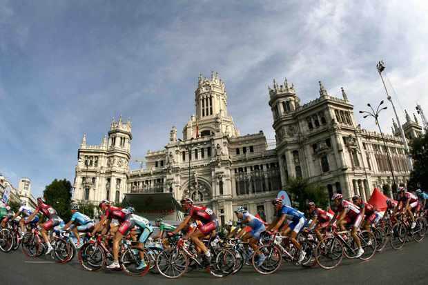 The peloton rolls through the 2008 Vuelta a Espana.