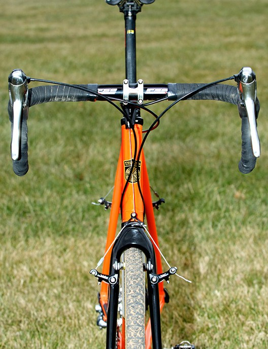This is no camera trick, folks; there is roughly 30cm of drop from the saddle to the top of the bars