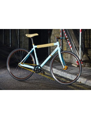 Whether the Burberry-esque riveted saddle and top tube pad will appeal to everyone is questionable, but there's no denying the Curbside is a looker