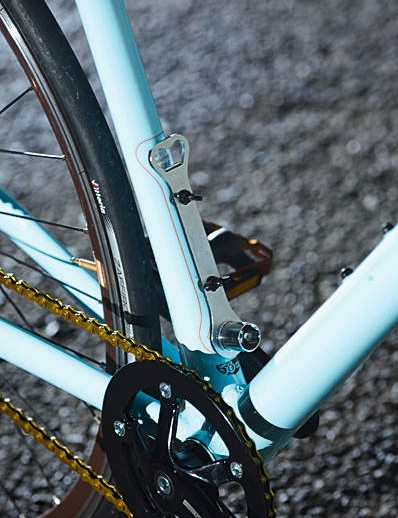 The frame is neatly welded, hydroformed 7005 series 'Superlite' aluminium with an internally routed rear brake cable