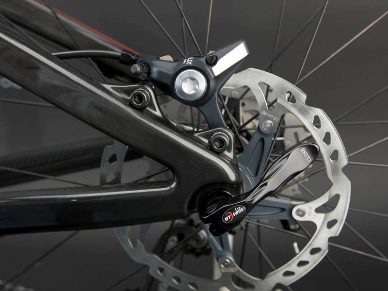 Even the disc tabs and both rear dropouts are made of carbon on the new Blur XC.