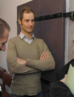 Belgian cyclist Tom Boonen (C) and his lawyers Luc Deleu (R) and Johnny Maeschalck (L) stand in the Turnhout courthouse on January 6, 2009.