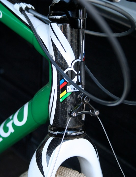 The familiar Colnago crest adorns the non-integrated head tube – a rarity these days