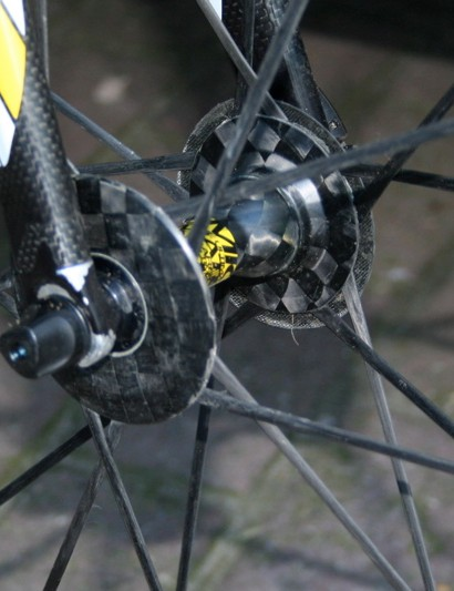 Mavic Cosmic Carbone Ultimate wheels use unidirectional carbon spokes that run continously from one rim wall to the other