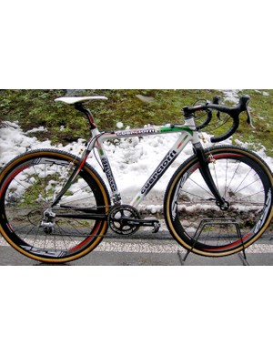 2008 Italian national cyclo-cross champion Marco Aurelio Fontana streaks around the course on a tricolore Guerciotti X-Crow