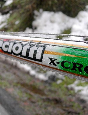 The top tube cable routing keeps the lines protected from mud