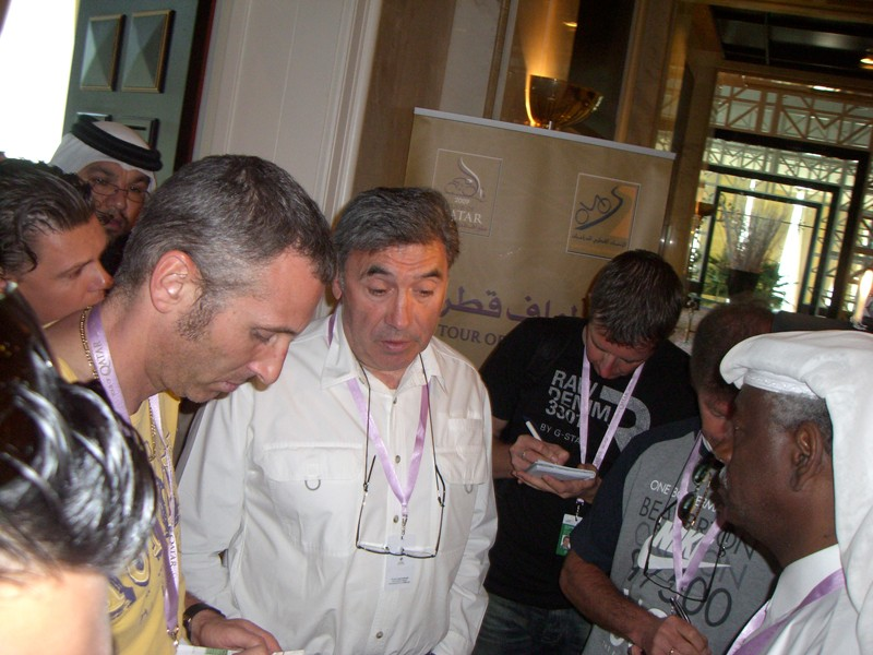 Eddy Merckx informs the press about the decision to continue with the race, but with a shortened stage