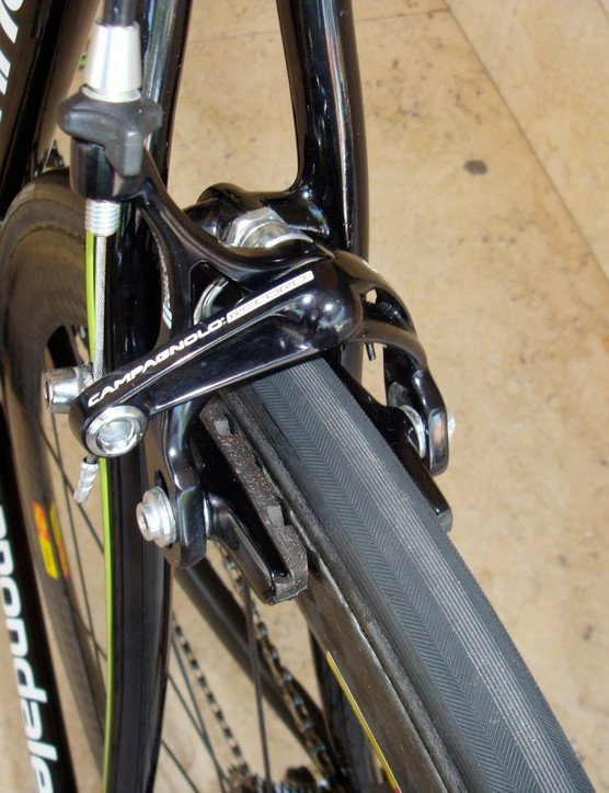 …while the single-pivot rear shaves weight and reduces the chance of wheel lock-up.