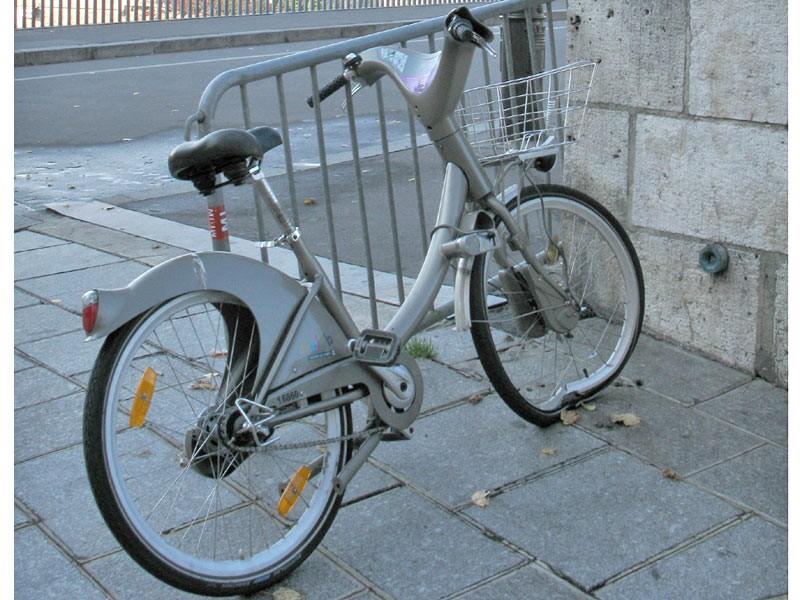 This Vélib bike has seen better days