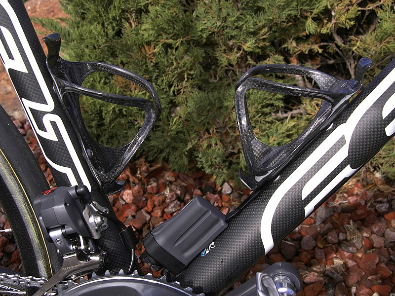 The Li-ion battery is strapped to the down tube in between the Arundel Mandible carbon cages.