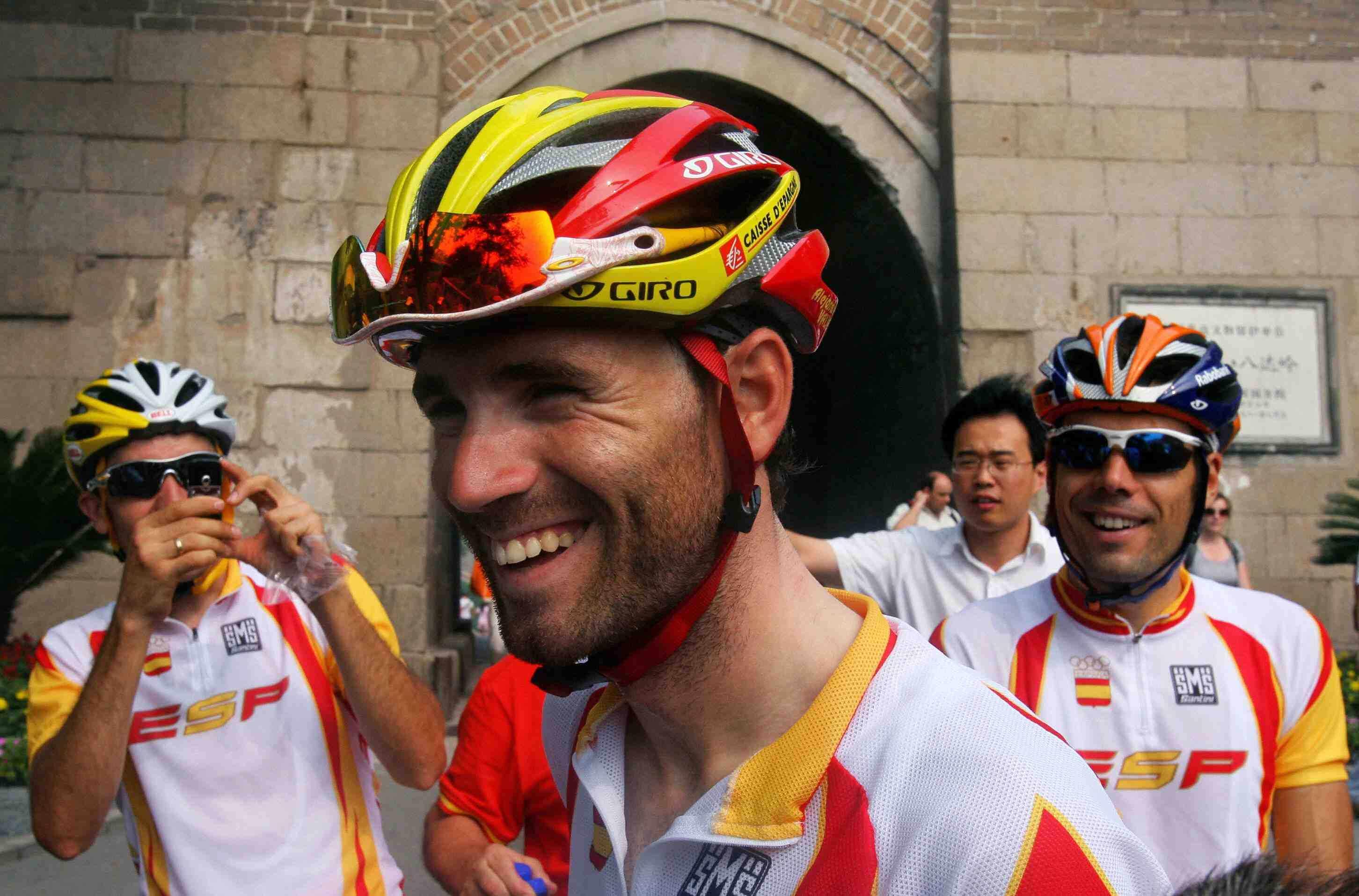 Spain's Alejandro Valverde (C) at the 2009 Beijing Olympic road race warm-ups.