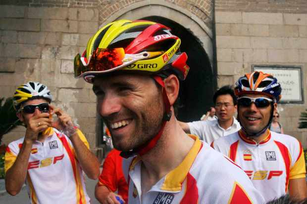 Spain's Alejandro Valverde (C) at the 2009 Beijing Olympic road race warm-ups.