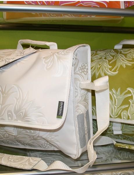 Basil Blossom Postmenbag